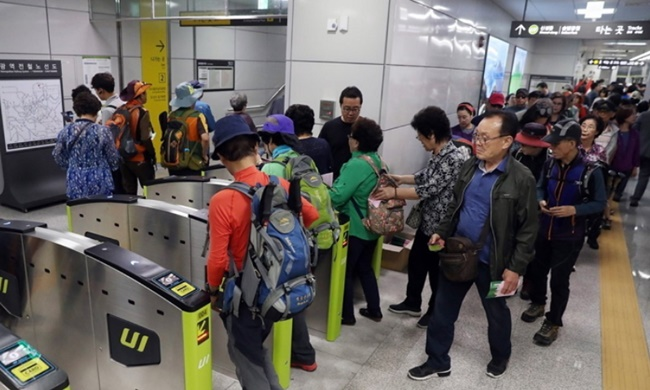 Since its implementation during the 1980s under the Chun Doo-hwan government, the free subway ride policy has been hailed as a role model for social welfare services for the elderly. (Image: Yonhap)