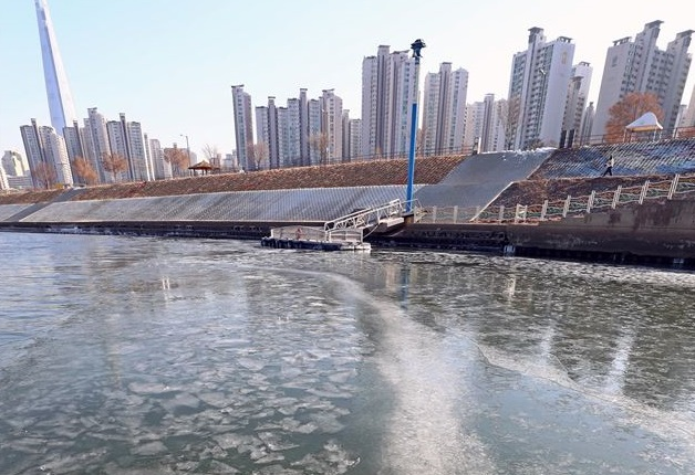 Seoul's Han River Sees Earliest Ice Formation in 71 Years During Cold Wave