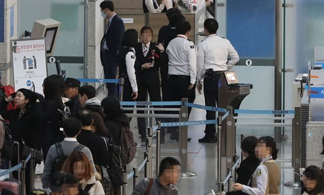 The government's 'zero irregular workers' initiative has come to fruition for the first time, as the Incheon International Airport Corporation has decided to give 30 percent of its irregular workers permanent employment status. (Image: Yonhap)