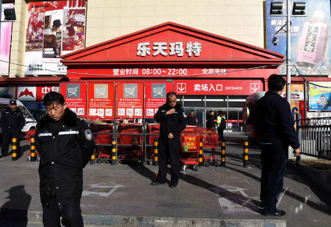 Including 13 Lotte Super stores, Lotte Mart had been ready to wash its hands of 113 locations in China since September of this year, after finding it difficult to overcome the local backlash stemming from a geopolitical standoff between China and South Korea. (Image: Yonhap)