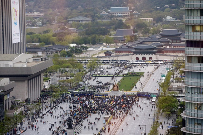 Changes are set to be implemented for the terms of use for Gwanghwamun Square to hold festivals or protests, including a cap on the maximum length of occupation. (Image: Yonhap)