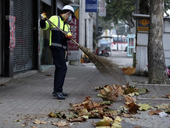 Once a Job Creator, Dead Leaves Now a Nuisance