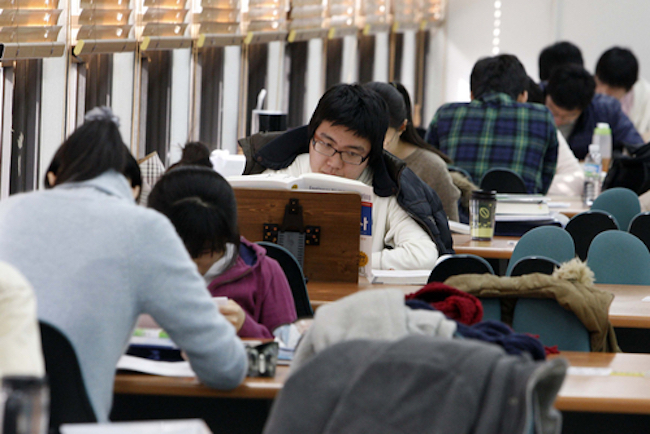 """The number of students who had no problem with cohabitation before marriage also rose, from 30.9 percent in 2012 to 67 percent. Regarding pre-marital sexual relations, 30.7 percent were of the opinion that """"it's perfectly possible"""". (Image: Yonhap)"""