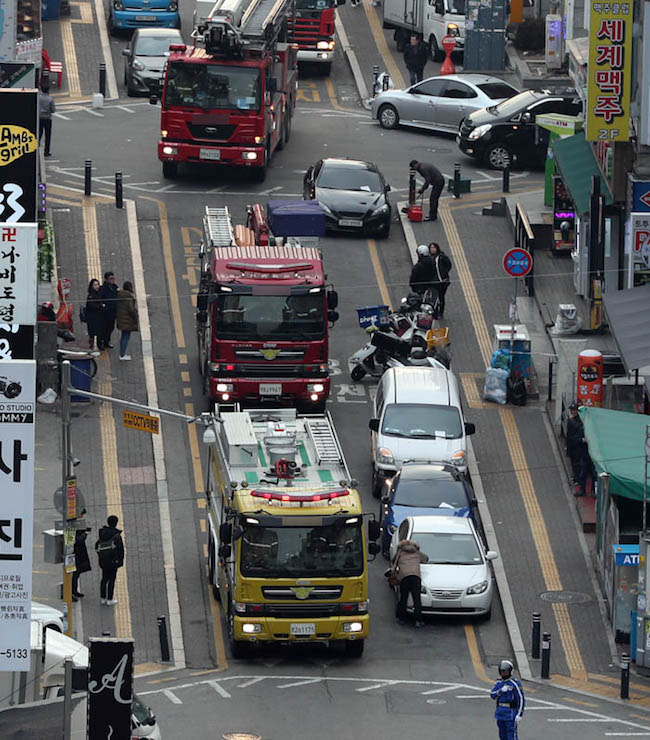 """Pushing these cars on the road is the best way to deal with these types of situations and is also a method for decisively tackling the problem of illegally parked cars."" (Image: Yonhap)"
