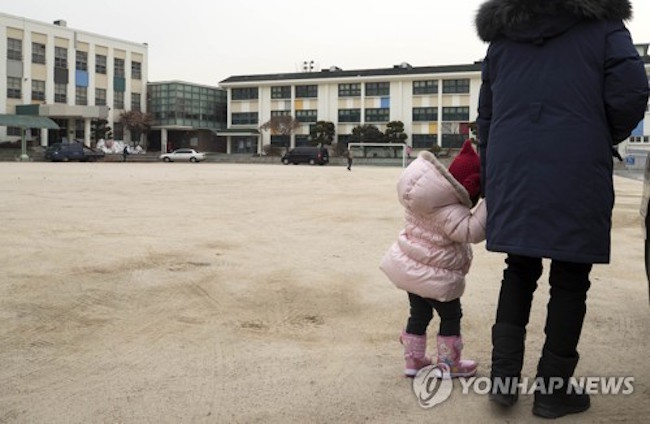 Presently, it appears difficult for there to be a rebound in student numbers. As of December 3, 2017, the CIA World Factbook listed South Korea's fertility rate as 1.26, placing it 219th out of 224 countries. (Image: Yonhap)