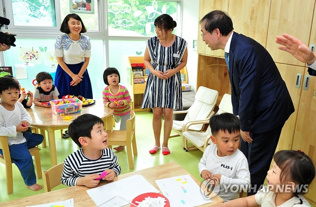 Also included in the government's preview of childcare initiatives are 450 new publicly funded daycare centers and extended access to youth centers previously restricted to low-income and dual-income households to elementary school aged children hailing from middle class families. (Image: Yonhap)