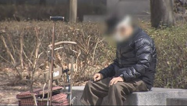 """It seems many of those in their 70s or older are now living alone, whereas 10 years ago they would have lived with their offspring,"" a Statistics Korea official said. (Image: Yonhap)"