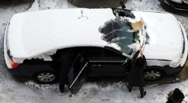 This means that 25 cubic centimeters of snow on a medium car such as a Hyundai Sonata or a Kia K5 would be an extra 50kg of unnecessary weight on the vehicle. (Image: Yonhap)