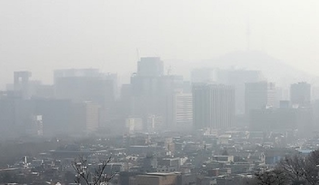 Seoul skyline covered in fine dust (Image: Yonhap)
