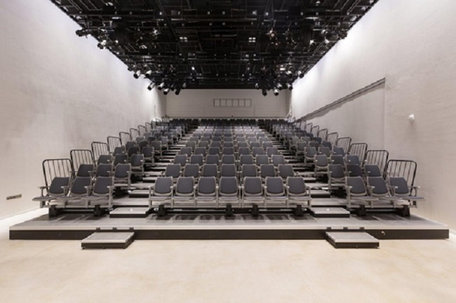 "Calling itself a ""shared economy movie theater platform"", the first location at performance hall Platform-L in Gangnam started screening films on January 11. (Image: Airflix)"