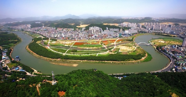 Plans are in the works for a 1km-long zipline over the Taewha River in Ulsan, as the city looks to take advantage of the publicity generated by a park on the river, Taewhagang Grand Park, being designated as South Korea's second national garden. (Image: Yonhap)
