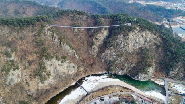 Those who feel more than a twinge of trepidation regarding the safety of the bridge need not fear; the 40mm diameter reinforced cables buttressing the structure can withstand gales up to 40 m/s and support the simultaneous crossing of 1,285 adults weighing 70kg. (Image: Wonju)