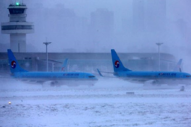 The excessive snowfall temporarily grounded planes at Jeju International Airport on January 11. (Image: Yonhap)
