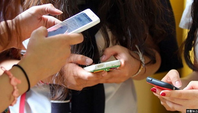 The study conducted by a research team led by Professor Min Gyeong-bok at Seoul National University College of Medicine has revealed that nearly 4 in 10 university students in South Korea are addicted to their smartphones. (Image: Yonhap)