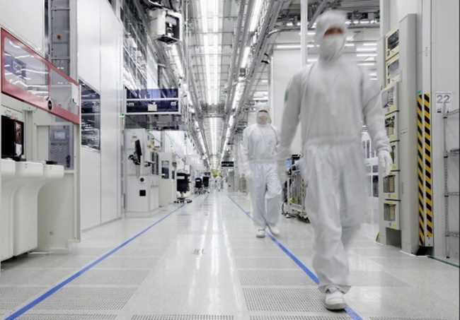 Though little difference was recorded with regard to cancer and multiple sclerosis, statistically speaking, it was discovered that female workers at semiconductor plants faced a much higher risk of leukemia than others. (Image: Samsung Electronics)