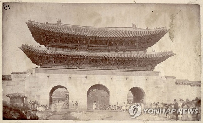 However, after a photograph believed to have been taken sometime before 1893 was brought forth from the archives at the Smithsonian in February 2016, questions over the signboard's colors arose once again. (Image: Yonhap)