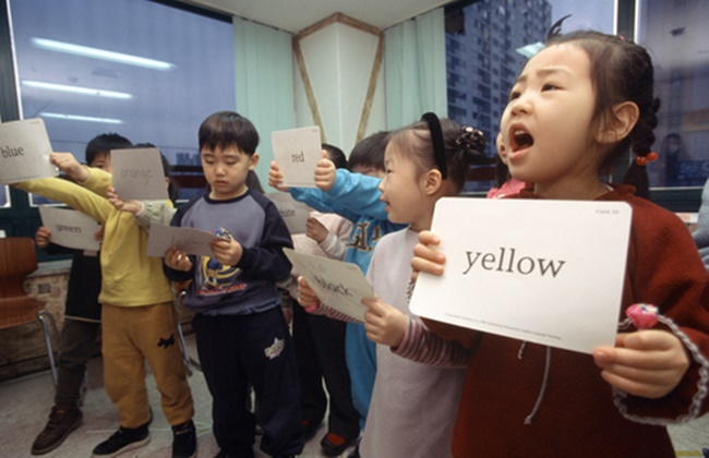 The education ministry has withdrawn its decision to ban after-school English classes in nursery schools only three weeks after the announcement, with the proposed ban now up in the air. (Image: Yonhap)