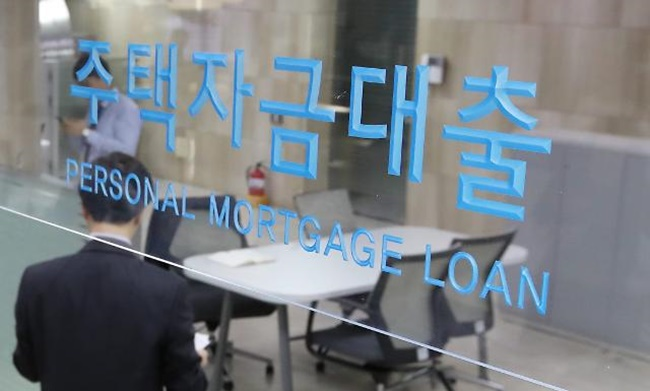 South Korea's household debt-to-disposable income ratio of 170 percent far surpasses the average figure of 123 percent, leaving behind major developed countries like the U.S. and Japan. (Image: Yonhap)