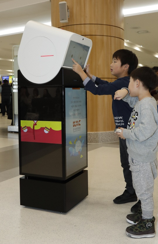 Equipped with four-sided LCD screens and self-driving technology, the robots can provide useful information such as the facilities at the airport and weather forecasts about the city that passengers are traveling to, all while on the move. (Image: Korea Airports Corporation)