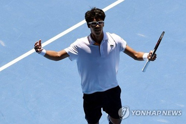 Chung beat Tennys Sandgren of the United States 3-0 (6-4, 7-6 (7-5), 6-3) in the quarterfinals match at Rod Laver Arena in Melbourne. He will next face the winner between Roger Federer and Tomas Berdych in the semis. (Image: Yonhap)
