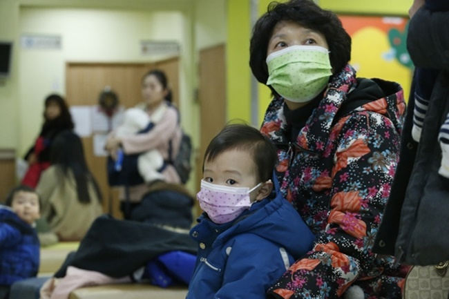 As the number of tuberculosis patients rose to 77 per every 100,000 people in 2016, people are wondering about the underlying impact of the lack of relatively common hygiene etiquette on public health. (Image: Yonhap)