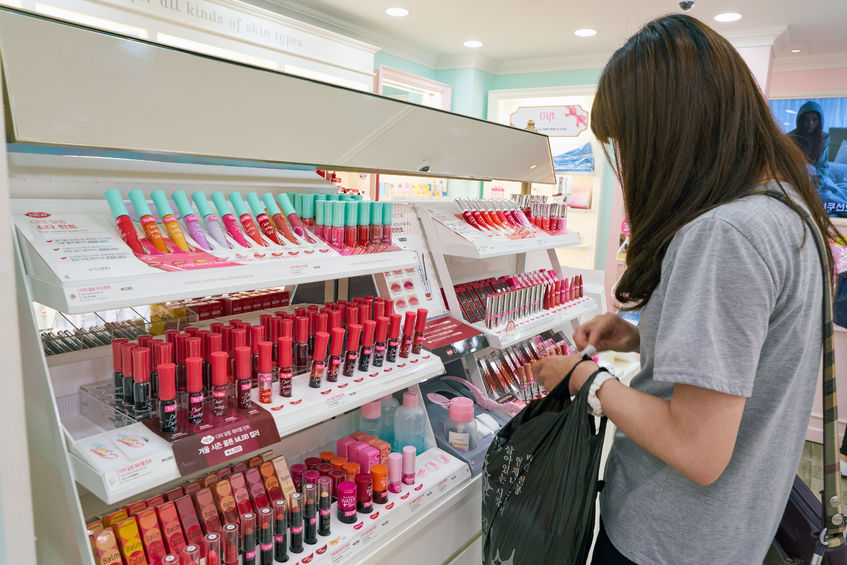 The Korea Consumer Agency discovered that nearly 3 in 10 makeup testers are covered in germs after looking into a number of beauty shops in busy areas of Seoul, with some of them having been found to exceed over 2100 times the microbiological limits in the worst cases. (Image: Kobiz Media)