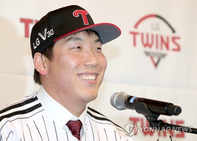 In this file photo taken on Dec. 21, 2017, LG Twins outfielder Kim Hyun-soo smiles during his introductory press conference in Seoul. (Image: Yonhap)