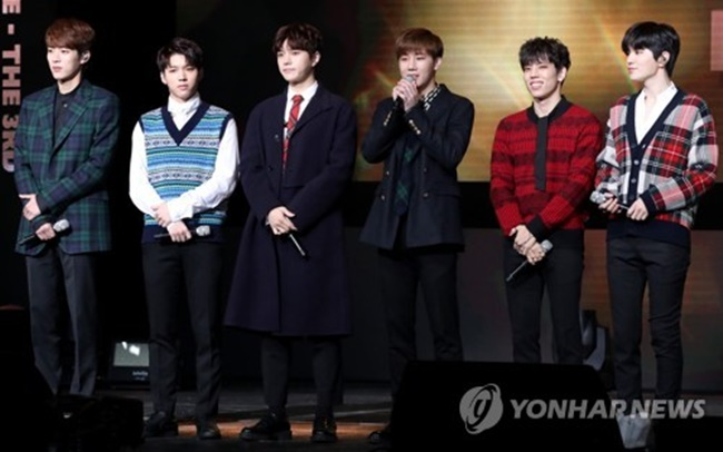 "K-pop act INFINITE poses for photos during a media showcase for its third studio album ""Top Seed."" (Image: Yonhap)"
