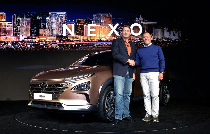 Hyundai Motor Vice Chairman Chung Eui-sun (R) and Aurora Innovation's CEO Chris Urmson shake hands beside the NEXO at CES 2018. (image: Hyundai Motor)