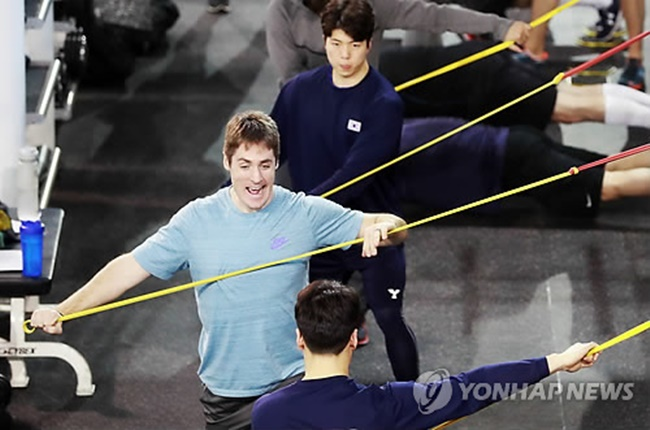 South Korean hockey players train during an open house event at the Jincheon National Training Center in Jincheon, North Chungcheong Province, on Jan. 10, 2018. (Image: Yonhap)