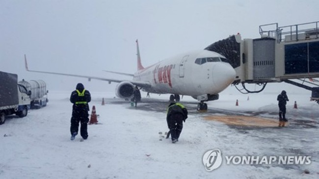 Jeju International Airport banned the use of its runways at 6:30 p.m. due to high winds and heavy snow but reopened an hour later after workers shoveled the snow from the airstrips. (Image: Yonhap)