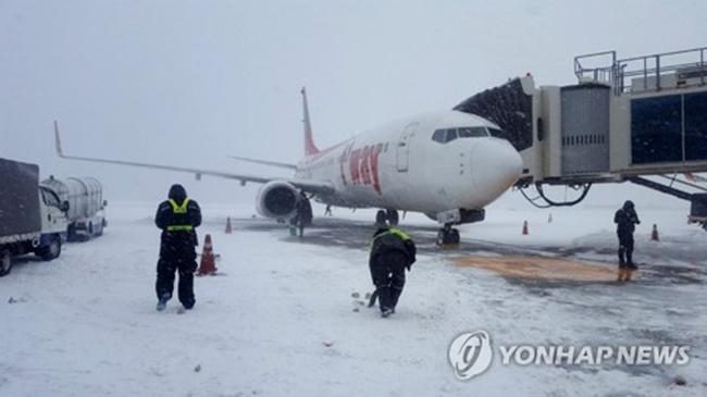 Jeju Airport Resumes Operations After Snowfall Shutdowns