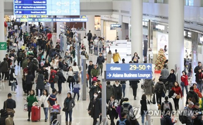 Combined sales to foreigners at 48 local duty-free shops came to 14.5 trillion won (US$13.6 billion) in 2017, up 17.9 percent from 12.3 trillion won tallied the previous year, according to Korea Customs Office data. (Image: Yonhap)