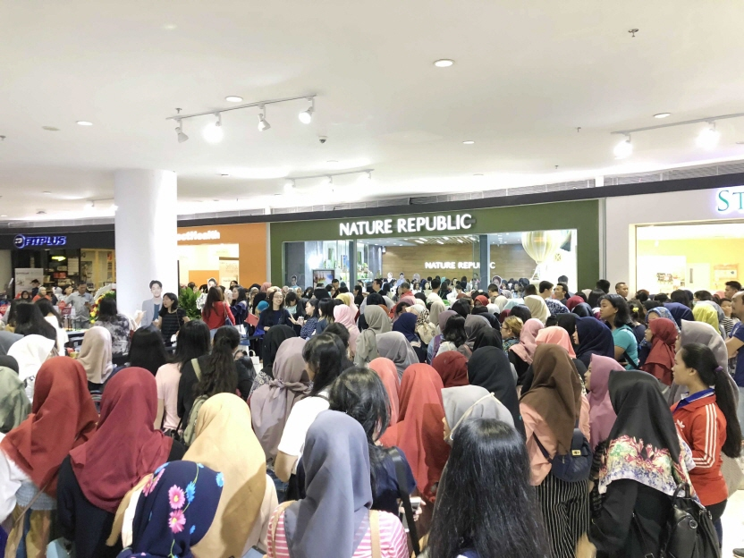 People wait for the opening of the company's first store in Indonesia, in the capital city of Jakarta on Jan. 24, 2018. (image: Nature Republic)