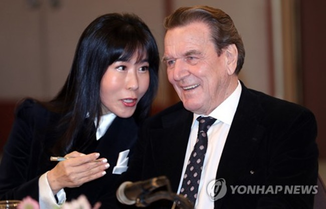 Former German chancellor Gerhard Schroder and his Korean interpreter Kim So-yeon attend a press conference in Seoul on Jan. 25, 2018, to announce their plan to marry within the year. (Image: Yonhap)