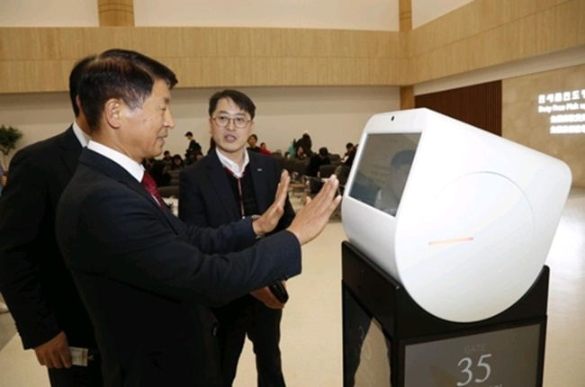 According to the Korea Airports Corporation, self-driving robots are being trailed from Tuesday in waiting areas for international flights at Gimpo Airport.(Image: Korea Airports Corporation)