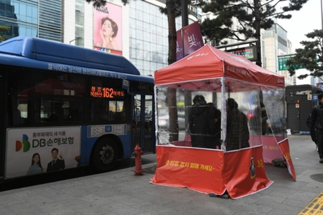 Bus stops in areas with a significant floating population, such as Myeong-dong, Namdaemun Market, Dongdaemun Design Plaza, and Yaksu Station have been chosen to receive the special heating treatment. (Image: Jung District)