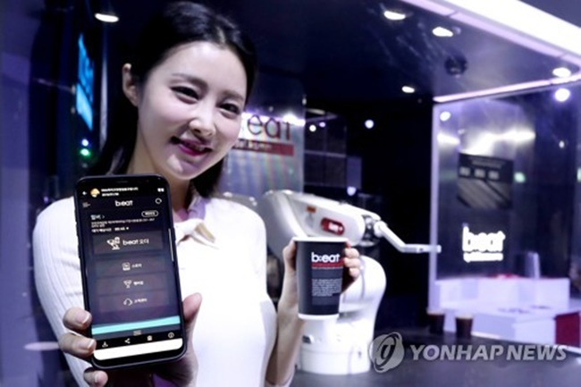 B;eat is a smart café packed with cutting-edge technology including advanced robots and mobile payment systems from Danal, the company that operates Dal.komm Coffee stores. (Image: Yonhap)