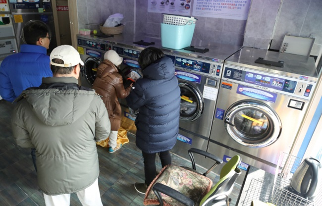 With a cold snap that saw temperatures drop below minus ten degrees Celsius over the weekend, South Koreans left with frozen pipes rushed to coin laundromats to do their washing. (Image: Yonhap)