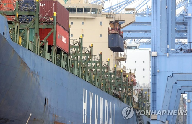 The South Korean shipping industry will have to spend a minimum of five trillion won to return its shipping container capacity to normal levels, a report has claimed. (Image: Yonhap)