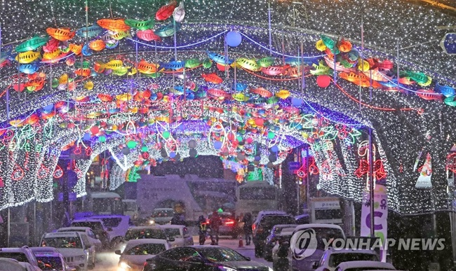 The Hwacheon Sancheoneo Ice Festival is back this year with extended nighttime events in an all-out bid to attract a record number of visitors.(Image: Yonhap)