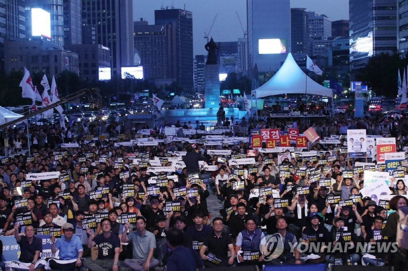 Protesters at KBS and MBC, South Korea's two major networks, gather at Gwanghwamun Plaza in Seoul on Sept. 8, 2017, to call on management to step down. (image: Yonhap)