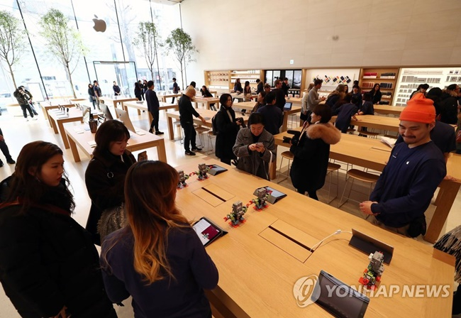 Apple Korea has unveiled a first look at the very first Apple Store in South Korea, which will open on Garosu-gil in the Sinsa neighborhood at 10 a.m. this Saturday. (Image: Yonhap)
