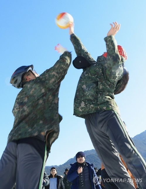 Hundreds of military officials have enjoyed Inje's famous ice fishing festival this year. (Image: Yonhap)