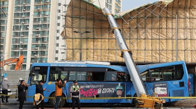 Just a bit over a week ago on December 28, a tower crane at a construction site in west Seoul collapsed onto a city road at approximately 9:40 a.m. (Image: Yonhap)