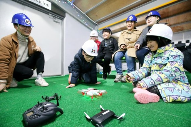 KT's 'Giga Island Drone School' opened at an experience center on Imja Island in Sinan County yesterday, featuring a number of facilities including a workshop and a simulation room, and offering educational programs to members of the local community. (Image: KT)