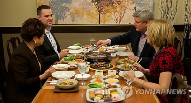 Canadian former prime minister Steven Harper dines at a Korean BBQ restaurant with associates. (Image: Yonhap)