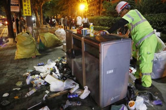 The Ministry of Environment announced during a cabinet meeting on Tuesday that it will work with a number of government branches including the interior, labor and transport ministries to improve working conditions for city street cleaners. (Image: Yonhap)
