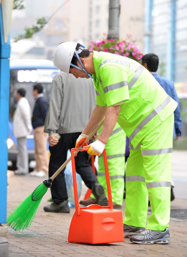 The government will cut down on night shifts and introduce new safety standards to ensure the safety of street cleaners following a series of accidents.(Image: Yonhap)