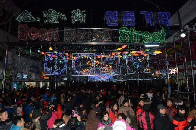 The annual Hwacheon Sancheoneo Ice Festival is set to kick off on Saturday for a run ending January 28, featuring a wide range of winter activities both during the day and at night. (Image: Hwacheono County)